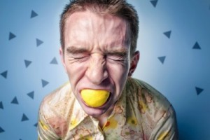 Stressad man som biter i citron